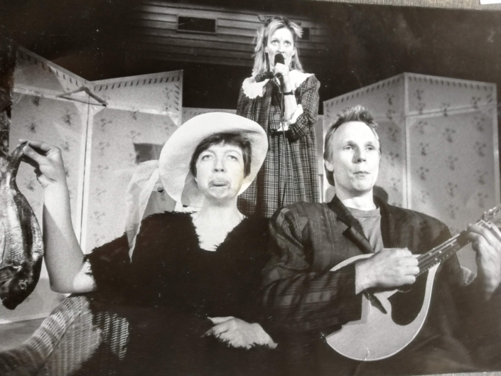"""Åsa Eek Engquist som storasystern i """"Den gula väskan"""" av Lygia Bojunga Nunes på Teater UNO 1992-93"""
